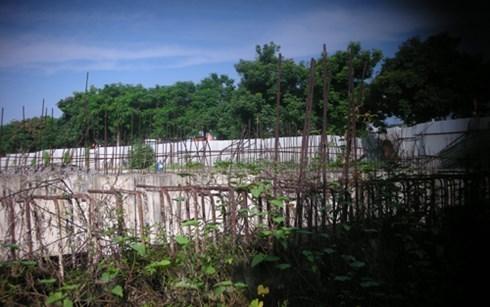Dự án ngưng trệ bị chủ đầu tư để hoang, cỏ mọc um tùm nhếch nhác ngay giữa trung tâm của quận Tây Hồ.