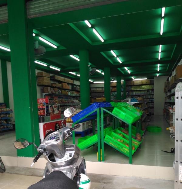 Một cửa hàng Bách hóa Xanh khác đã trưng bày hàng hóa dù chưa khai trương và che bảng hiệu - Ảnh: H.Đ