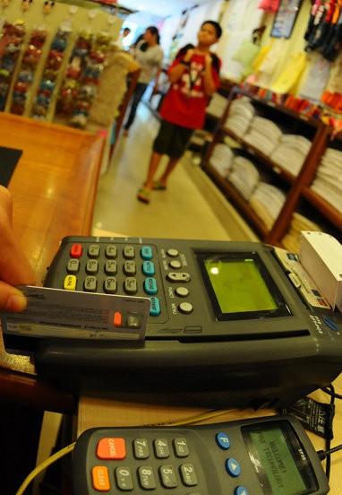 Chủ thẻ phải thường xuyên theo dõi những thông báo về giao dịch do ngân hàng gửi qua email hoặc tin nhắn để kiểm soát giao dịch.