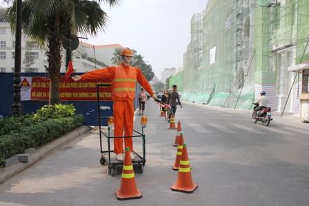 Được Công ty T&T bố trí điều tiết phân làn đường Lê Thánh Tôn phục vụ dự án cải tạo đường Nguyễn Huệ đang thi công