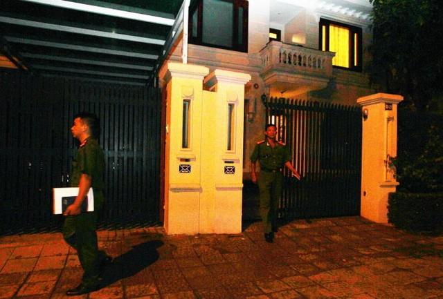 Khoảng 19g tối qua, lực lượng công an rời khỏi nhà nguyên Chủ tịch Tập đoàn dầu khí Quốc Gia VN Nguyễn Xuân Sơn sau khi thực hiện xong lệnh bắt giam - Ảnh: Nguyễn Khánh