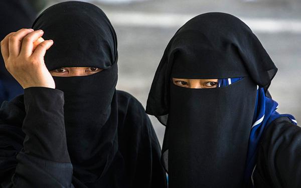 Trang phục Niqab cũng nằm trong danh sách bị cấm sử dụng tại Lombardia.