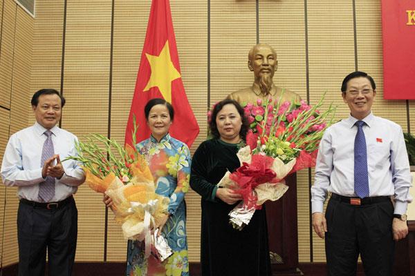 Đồng chí Ngô Thị Doãn Thanh và đồng chí Nguyễn Thị Bích Ngọc cùng các đồng chí lãnh đạo thành phố.