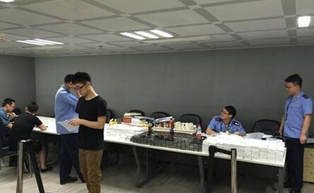 Nhà chức trách tịch thu hơn 1.000 điện thoại iPhone từ văn phòng Uber Quảng Châu. (Ảnh: Guangzhou Daily)