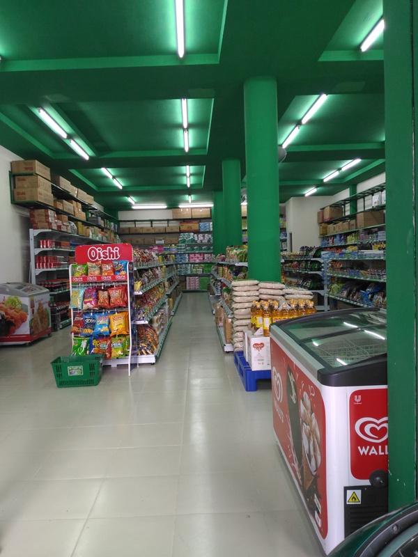 Không gian cửa hàng không rộng mà chỉ vừa đủ trưng bày hàng hóa thiết yếu.