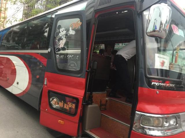 Công ty huy động xe 45 chỗ ngồi đưa công nhân vào viện cấp cứu - Ảnh: Thân Hoàng