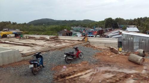 Con đường từ thị trấn Dương Đông dẫn vào khu du lịch Bãi Sao đang được đầu tư mở rộng.