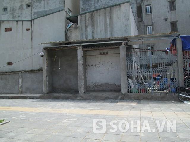 Một miếng đất nhỏ được người dân xây tạm và ngăn thành hai gian sát mặt đường.
