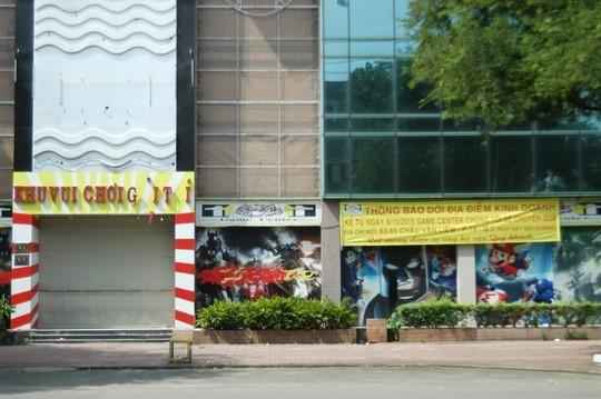 4 mặt của cao ốc giáp với các con đường sầm uất ở khu vực Chợ Lớn như: Hồng Bàng, Thuận Kiều, Tân Hưng, Dương Tử Giang. Ngoài ra còn có 1 con đường Đỗ Ngọc Thạnh băng ngang phía dưới 3 tòa nhà.