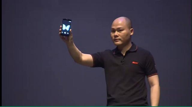 Sau đó, ông Nguyễn Tử Quảng, CEO của BKAV lên sân khấu cùng với BPhone.