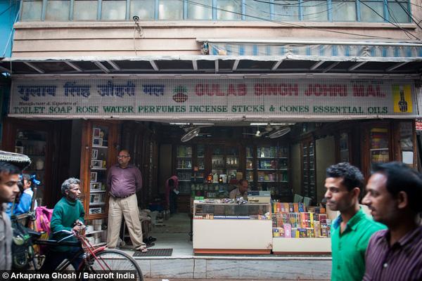 Nhìn từ bên ngoài vào, tiệm nước hoa Gulab Singh Johrimal trông vẫn đơn sơ, bình dị như con người nơi đây.