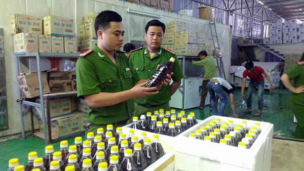 Thu giữ hơn một trăm chai dầu mè không nhãn mác, không nguồn gốc.