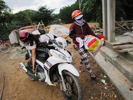 Cứ vào mỗi buổi chiều người dân xã Hương Lộc lại chở từng bao hạt mây đến bán cho thương lái trong vùng.