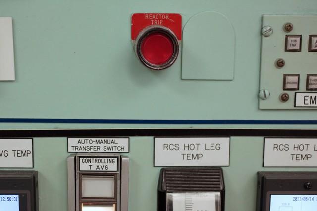 Nút khẩn cấp trên bảng điều khiển nhà máy hạt nhân Florida Crystal River