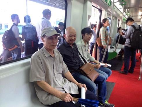 người dân ngồi thử ghế trên tàu điện