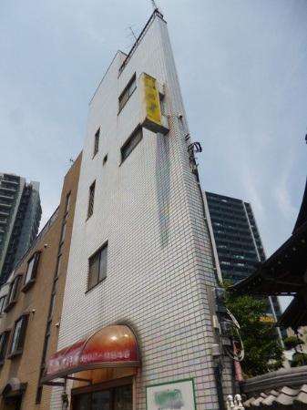 Sau khi được xây dựng 13 năm, đến năm 2014 căn nhà này được rao bán với giá 7,8 triệu Yên (khoảng hơn 1,5 tỷ đồng)
