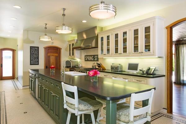 Ấn tượng với sự kết hợp của gam màu trắng sạch sẽ và gam màu xanh đậm mạnh mẽ giản đơn. Cũng giống như phòng khách, phòng bếp cũng rất đơn giản, đồ dùng bếp được để trong tủ gọn gàng không gây lộn xộn bên ngoài, bàn bếp được tận dụng một góc làm bàn ăn nhỏ. Phòng bếp không có đồ trang trí ngoài chiếc bảng phấn đen và lọ hoa, nhưng không hề khiến phòng bếp đơn điệu chút nào.
