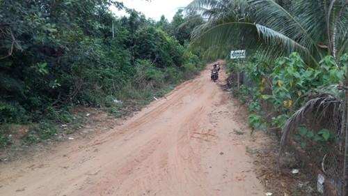Đây là con đường dẫn vào một số khu giải trí, nghỉ dưỡng tại Bãi Sao.