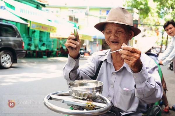Với người già, trẻ em, người khuyết tật thì sẽ được ưu tiên vào trước, nhân viên sẽ mang thức ăn đến tận bàn, hoặc mang ra tận phía ngoài đối với người đi xe lăn.