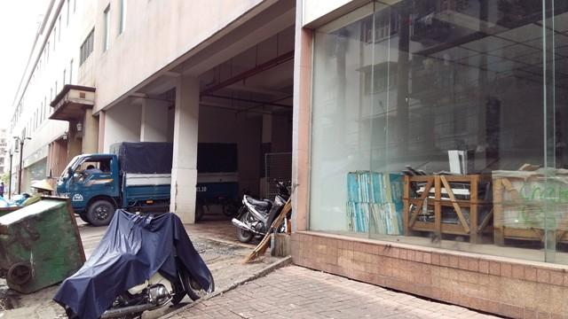 Mặt sau của tòa tháp A đang được trưng dụng làm nhà kho, nơi chứa rác rất hôi thối...