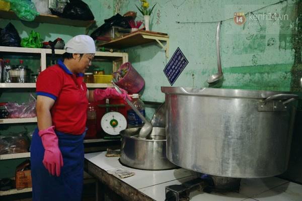 Chị Tâm (bếp chính tại quán) luôn thấy hạnh phúc khi nhìn mọi người ăn ngon lành những món mình nấu.