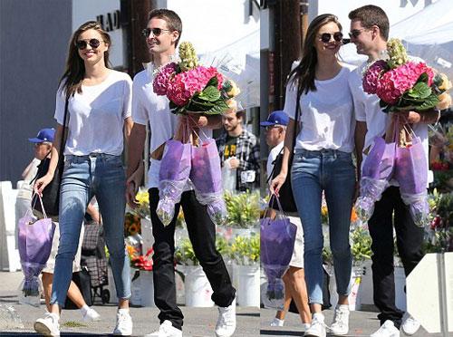 Cả hai cười rạng rỡ khi trên tay ôm rất nhiều hoa