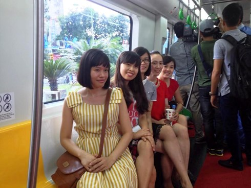 nhiều khách tham quan tranh thủ chụp ảnh lưu niệm