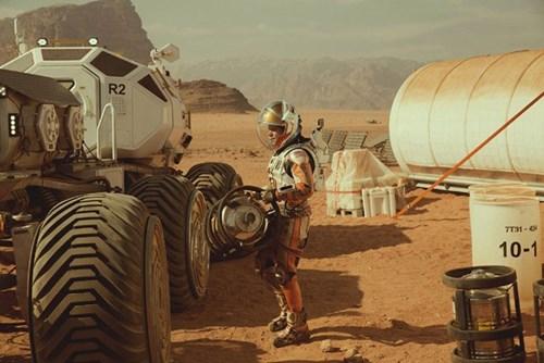 Mark vận dụng những kiến thức của bản thân và tận dụng từng thứ thiết bị mà đồng đội đã bỏ lại trên sao Hỏa. Nguồn: Phim The Martian.