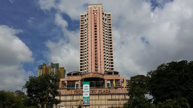 Dự án nhìn từ xa. Tòa tháp duy nhất vẫn còn một số hộ bám trụ sinh sống.