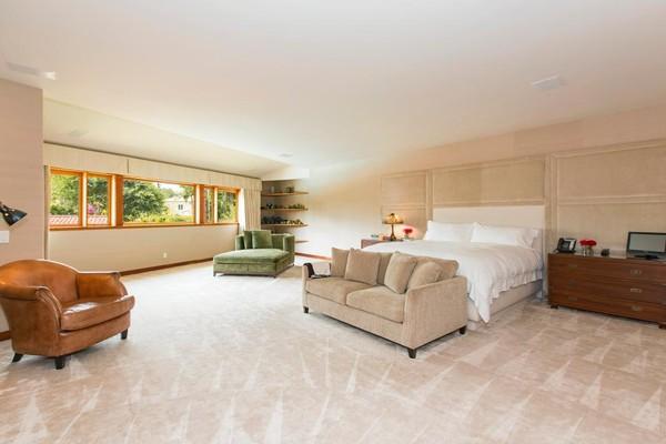 Một phòng ngủ khác rộng hơn với giường ngủ cỡ lớn được đặt giữa phòng. Hai bên là tủ ngăn kéo để đồ, cuối giường có đặt một ghế sofa màu be nhung mềm mại. Cửa sổ phòng ngủ không quá lớn, nhưng chạy hết chiều ngang bức tường giúp ánh sáng vào phòng vừa đủ. Tận dụng hốc tường nhỏ, Willis đặt một giá để đồ ở đây. Ngoài ra, trong phòng còn có thêm hai chiếc ghế tựa cỡ lớn để có thể ngồi thư giãn khi cần.