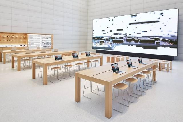 Có 1 màn hình khổng lồ bên trong cửa hàng để phát những video giới thiệu sản phẩm ấn tượng.