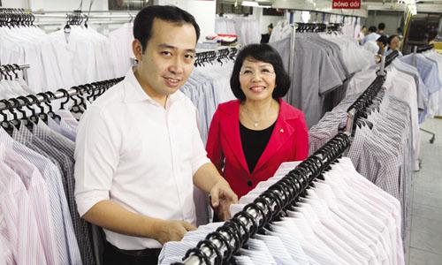 Tổng giám đốc An Phước Nguyễn Thị Điền cùng con trai Trần Minh Khoa. Ảnh: Vnexpress.