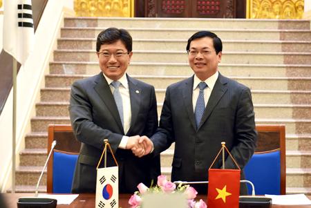 Bộ trưởng Bộ Công Thương Vũ Huy Hoàng và Bộ trưởng Bộ Thương mại, Công nghiệp và Năng lượng Hàn Quốc Yoon Sang-jick tại Lễ ký kết. Ảnh: VGP/Nhật Bắc