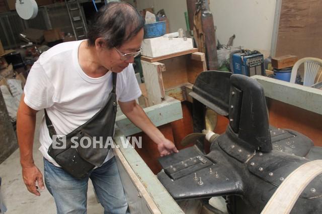 Ông Phan Bội Trân bên chiếc tàu ngầm mini.