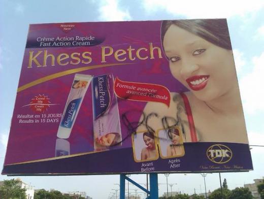 Biển quảng cáo của một loại kem làm trắng da tại Dakar
