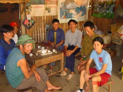 Chị Thảo gặp gỡ nạn nhân bom mìn ở Hà Giang năm 2003. Ảnh: TuanVietnam.net