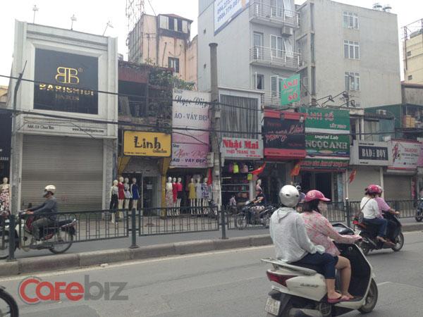 Gần 1/3 các cửa hàng quần áo, dịch vụ trên đường Chùa Bộc đã đóng cửa để nghỉ lễ. Ảnh: Hoàng Phong.