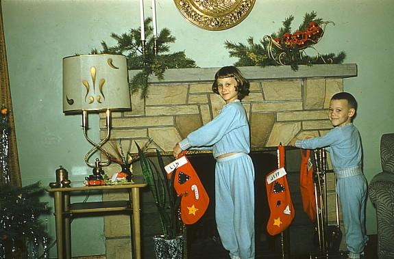 Ảnh chụp trẻ em háo hức treo vớ dịp Giáng sinh năm 1954.