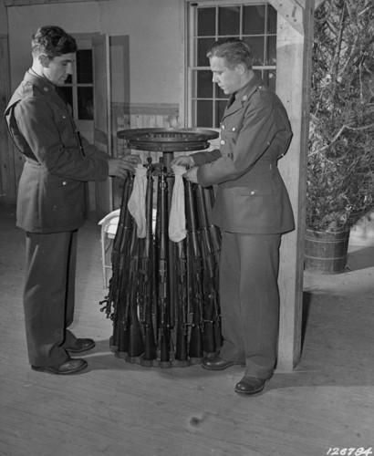 Treo vớ Giáng sinh trên súng trường. Trại Lee, Virginia, 1941.