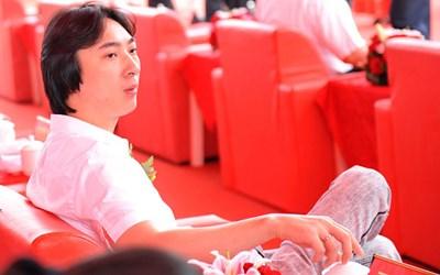 Theo telegraph, Wang Sicong - chủ nhân của chú chó đeo 2 chiếc iWatch - là con trai duy nhất của một đại gia bất động sản.