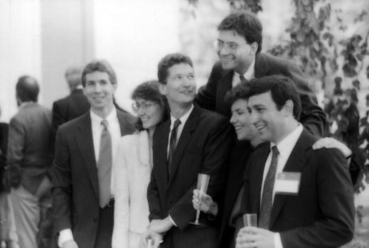 Hình chụp Cook (giữa) tại buổi lễ tốt nghiệp đại học Duke vào năm 1988.