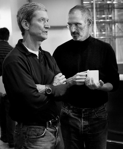 Tim Cook và Steve Jobs đứng cùng nhau trong buổi giới thiệu sản phẩm tại trụ sở Apple ở Cupertino, California, Mỹ vào ngày 7/8/2007. Nguồn ảnh: Monica M. Davey
