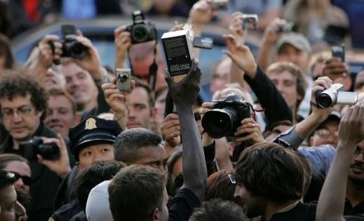 Vị khách đầu tiên trong hàng giơ cao chiếc điện thoại Apple iPhone sau khi mua tại cửa hàng Apple vào ngày 29/6/2007 ở San Francisco. Nguồn ảnh: Justin Sullivan