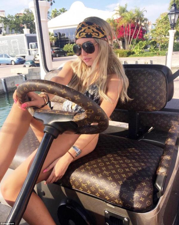 Lana Scolaro, nữ thừa kế gốc London và chiếc xe golf bọc đệm Louis Vuitton sang trọng đang dạo chơi ở thành phố Miami, Florida.