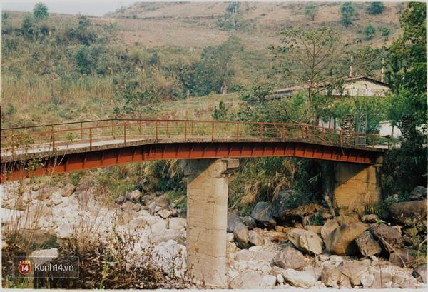 Từ Sapa lên Y Tý sẽ đổ đèo qua rất nhiều rừng lá kim, ruộng bậc thang, khu dân bản xinh đẹp mỗi nơi 1 vẻ, có đoạn đường có suối chảy qua nữa đi xe máy vèo qua suối.