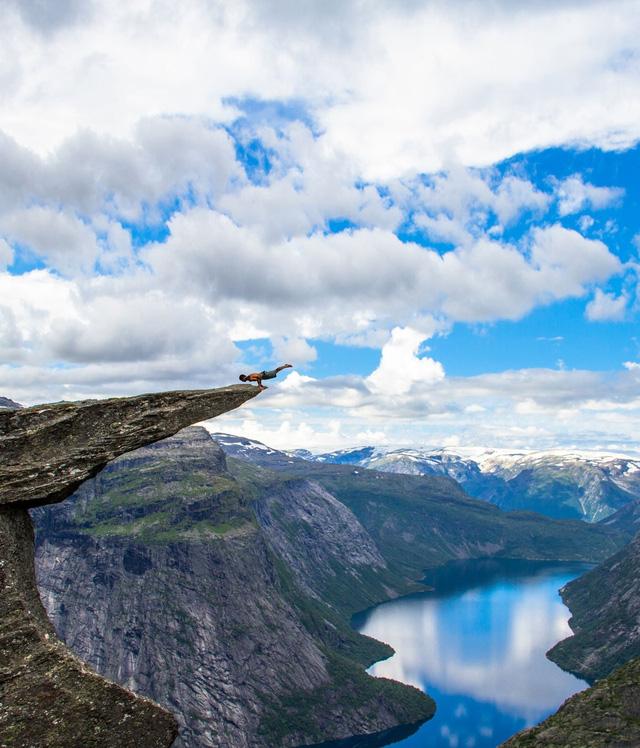 Chắc hẳn bạn đã từng nghe đến tên Trolltunga, một mỏm đá ở Na Uy nổi tiếng thế giới với góc nhìn cực đẹp, bầu trời bao la ôm trọn lấy nhánh sông dài chạy quanh co đến vô tận. Nhưng hãy cẩn thận nhé, chỉ một cú trượt chân thôi bạn sẽ chẳng còn cơ hội quay lại đây để thưởng thức thiên nhiên hùng vĩ này một lần nữa đâu.