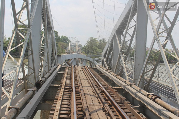 Một nhịp cầu bị sập ảnh huởng đến toàn bộ tuyến đường sắt Bắc - Nam - Ảnh: Nhã Phong.
