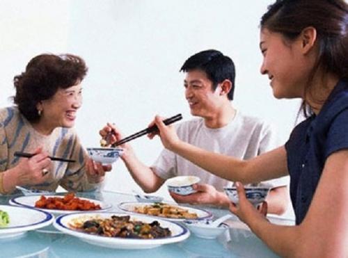 Gắp thức ăn cho nhau rất nguy hiểm, có thể dẫn đến lây các bệnh qua đường tiêu hóa, đặc biệt là vi khuẩn HP – một loại vi khuẩn gây viêm loét dạ dày, lâu ngày tiến triển thành ung thư dạ dày. (Ảnh minh họa).