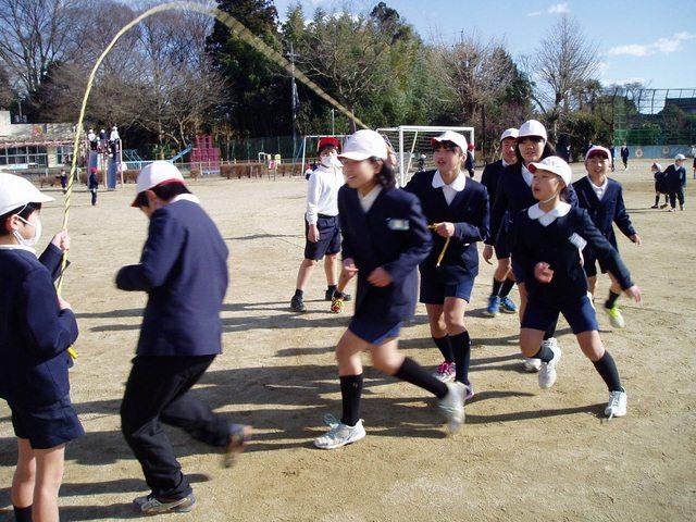 Trẻ em Nhật nô đùa trong nắng dù thời tiết đang là 4 độ C (Ảnh chụp ngày 25.1).