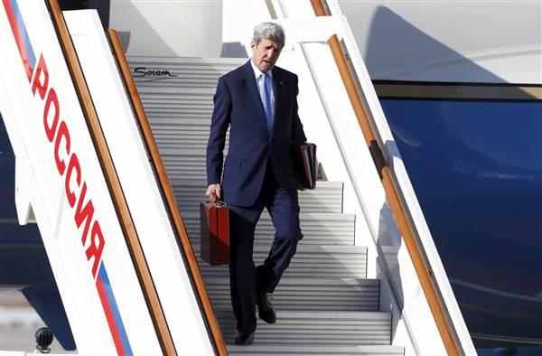 Ngoại trưởng Mỹ xách chiếc vali của mình tại sân bay Vnukovo, Moscow, Nga vào ngày 23/3/2016. Ảnh: MAXIM ZMEYEV / Reuters